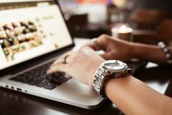 chica-con-relojes-escribir-en-macbook_385-25