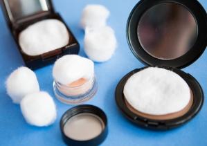 Evita-que-tu-maquillaje-se-rompa-durante-el-viaje-colocando-algodón-en-el-interior-de-este